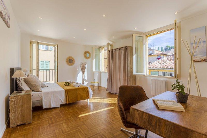 Rossetti - Place Rossetti - Vue sur les collines du château de Nice